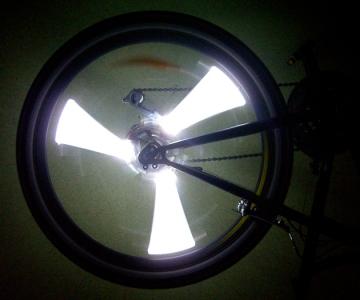 Белая велосипедная подсветка колес